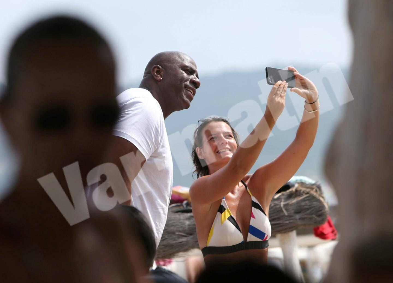 Arrivé avec son épouse Cookie Johnson sur le ponton du Club 55, Magic n'a pas dit non au selfie.