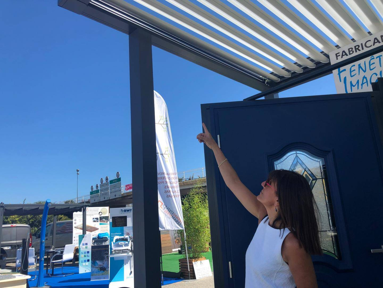 Christelle Boutigny présente une pergola bioclimatique avec poteaux déportés.