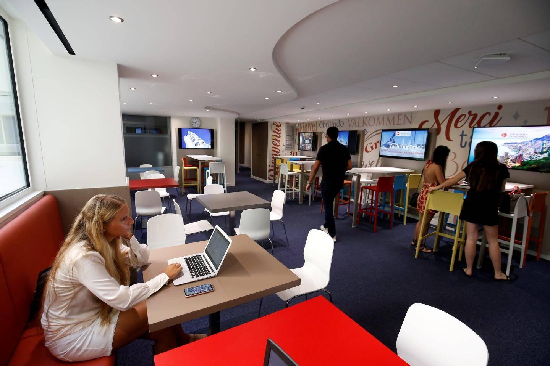 En plus des salles de cours, les élèves disposent de ces espaces conviviaux pour le travail de groupe.