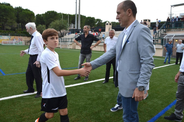 Un jeune joueur serrant la main de Leonardo Jardim.