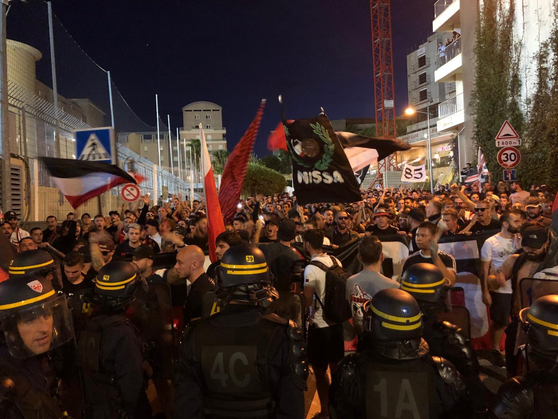 Juste avant leur entrée dans le stade, peu avant 20h15, le cortège des supporters niçois s'est heurté à une barrière de CRS. Quelques minutes face à face avant que les centaines de fans rejoignent le parcage adverse.