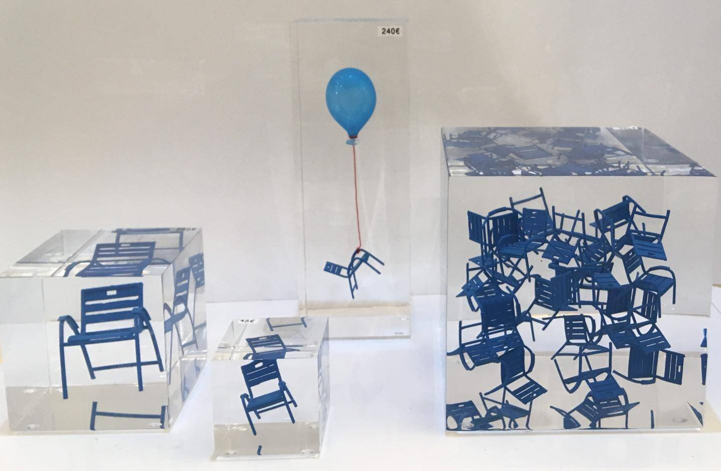 Les bateaux et les chaises bleues font partie des objets les plus présents dans la boutique.