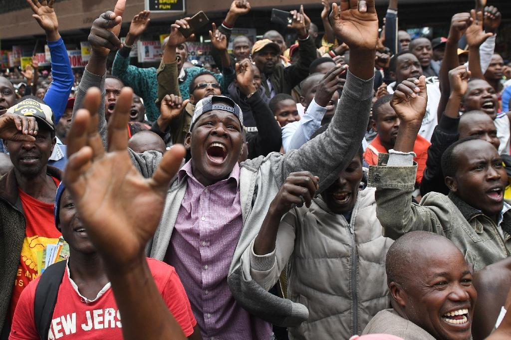 La joie des Kényans devant un écran géant à Nairobi après la performance de leur compatriote Eliud Kipchoge au marathon de Vienne, le 12 octobre 2019