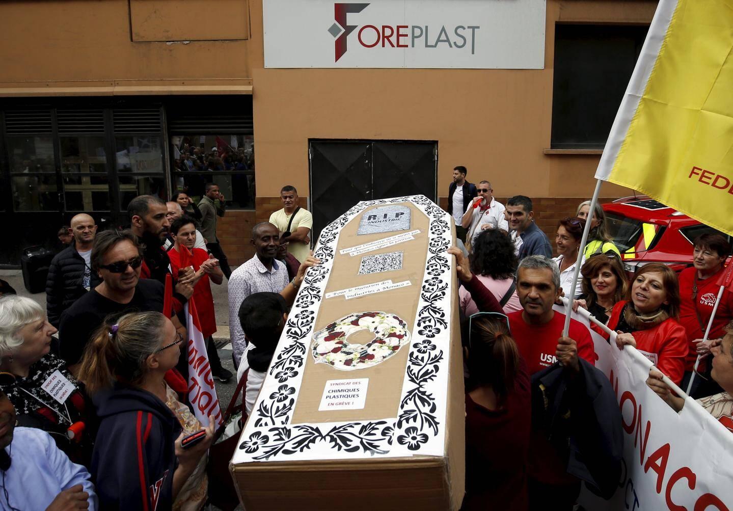 Le cortège s'est arrêté devant l'usine Foreplast, au cœur d'un conflit social cet été. Ils ont déposé un cercueil représentant l'industrie monégasque.