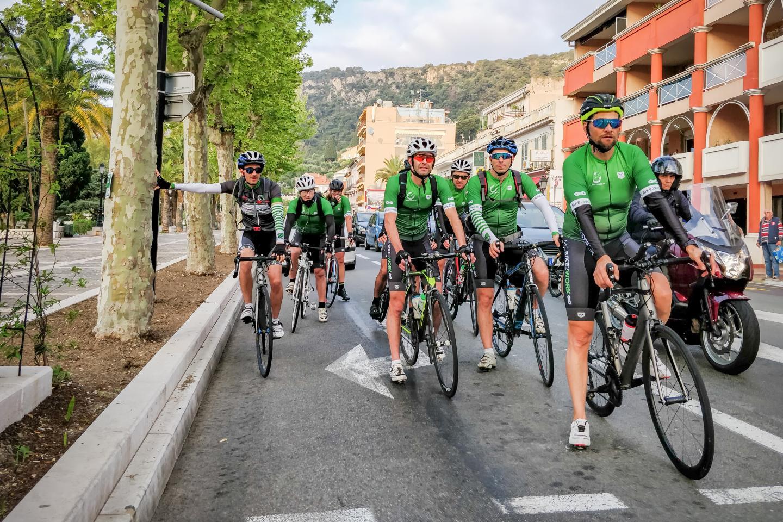 Maillot vert recommandé et casque obligatoire dans les rangs de l'association qui roule chaque matin entre Nice et Monaco.