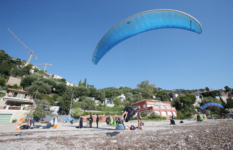 Jusqu'à ce soir, les voltigeurs décolleront - à tour de rôle - depuis le Mont Gros pour atterrir sur la plage de Cabbé. Un spectacle exceptionnel pour prendre de la hauteur.