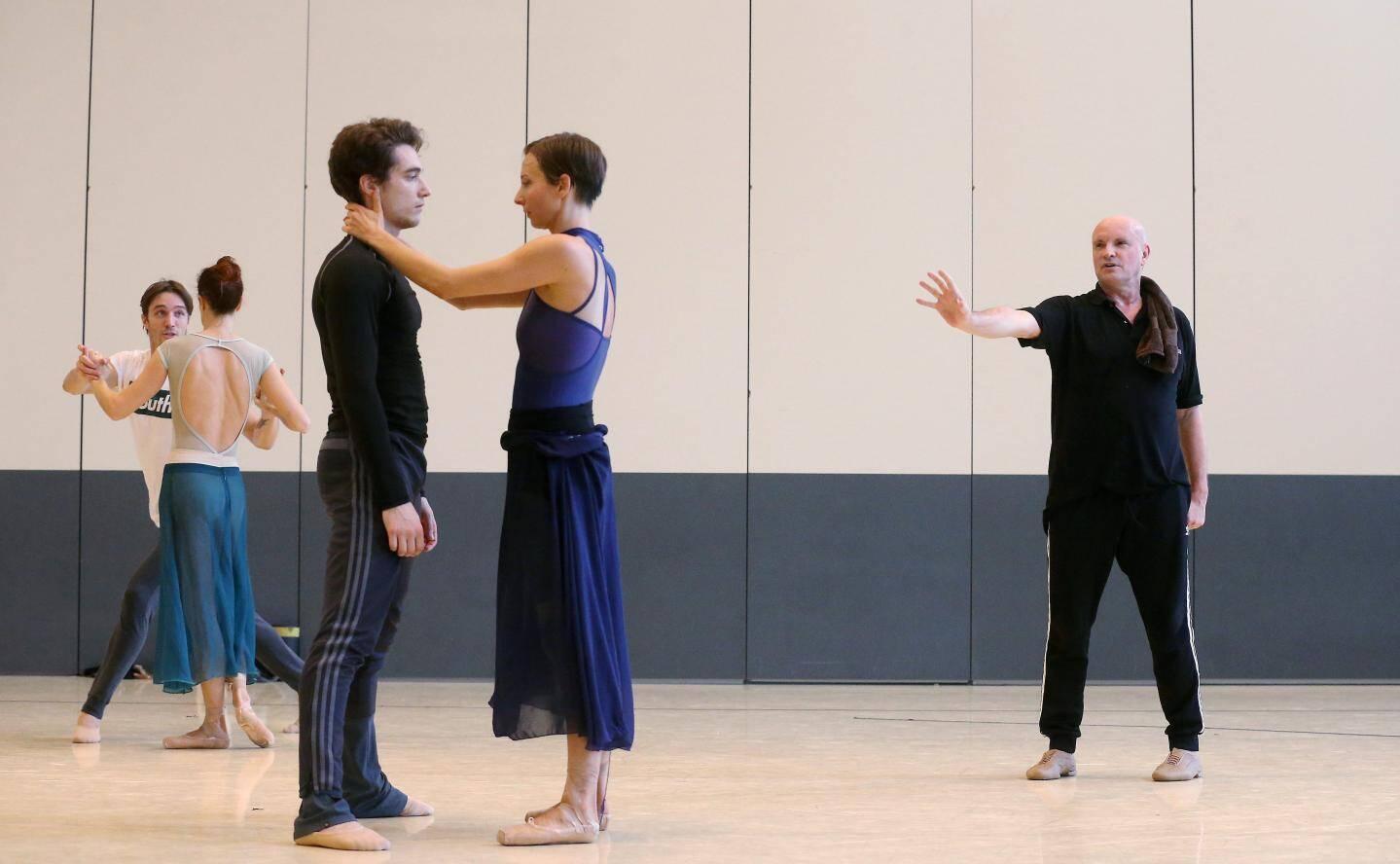 Jean-Christophe Maillot au travail hier matin, avec une partie de sa troupe au cœur du studio de danse de la compagnie.