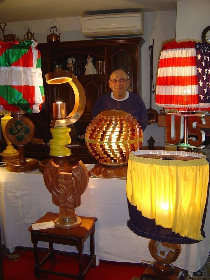 Claude Sinké au milieu de ses sculptures.