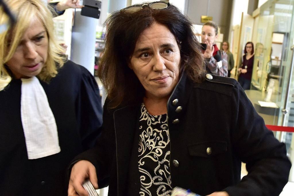 Rosa Maria da Cruz (d), la mère de Serena, accompagnée par son avocate Me Chrystèle Chassagne-Delpech, arrive à la cour d'Assises de Corrèze pour le début de son procès, le 12 novembre 2018 à Tulle