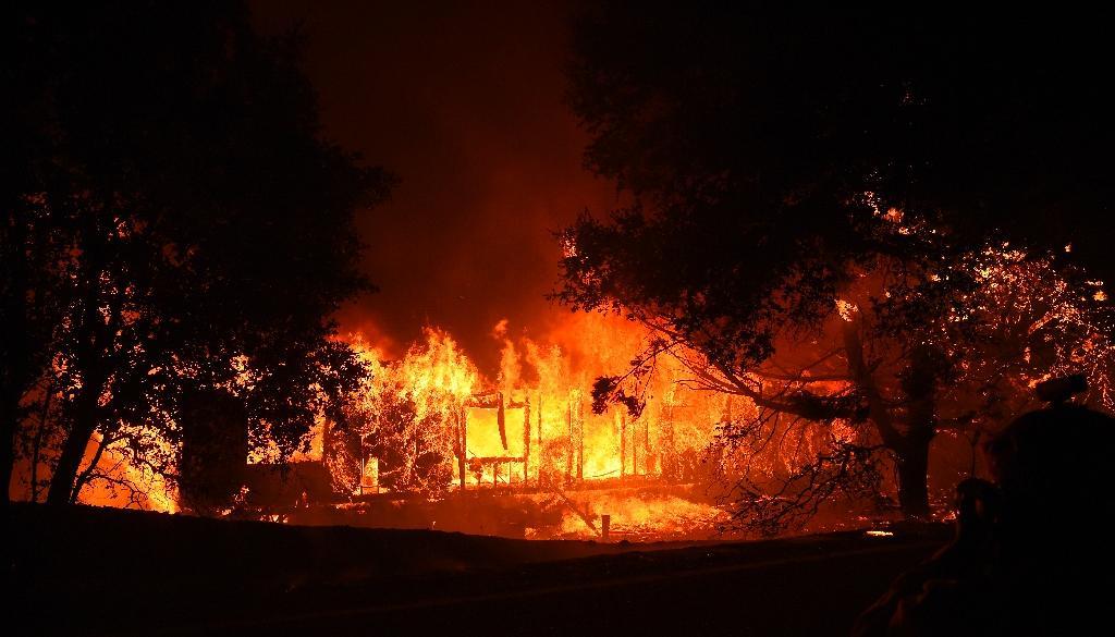 Une maison prise dans l'incendie qui ravage la région de Geyserville, en Californie du nord, le 24 octobre 2019