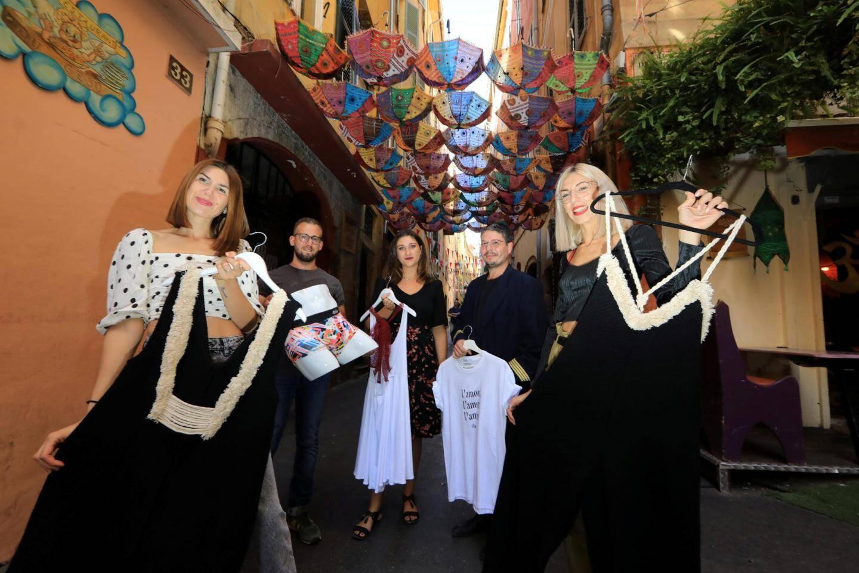 Les sœurs, avec leurs créateurs, posent devant le magasin, rue droite, à Nice.