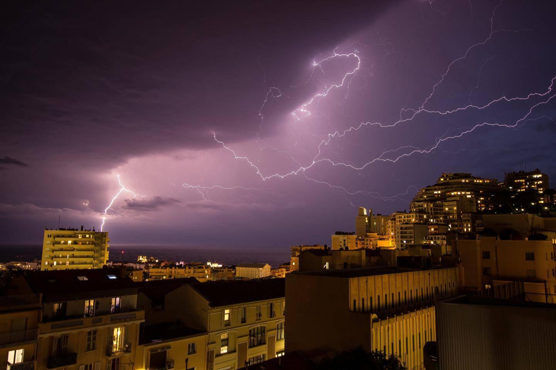 La foudre immortalisée ce mercredi 23 octobre entre Monaco et Beausoleil.
