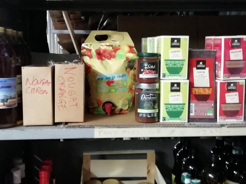 Des nougats et des tisanes, produits secs faciles à conserver, sont proposés.
