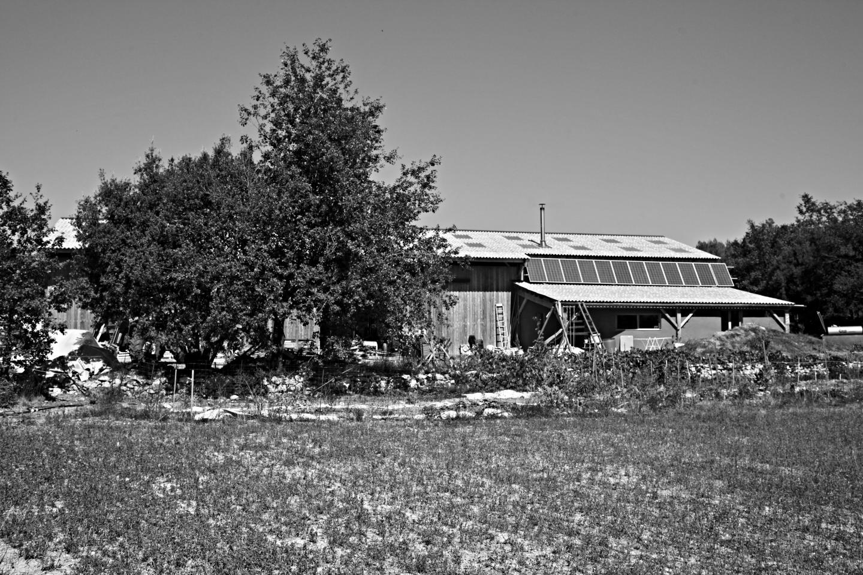 Panneaux solaires, forage, bois… ils ont tout ce qu'il faut pour créer leur propre énergie.