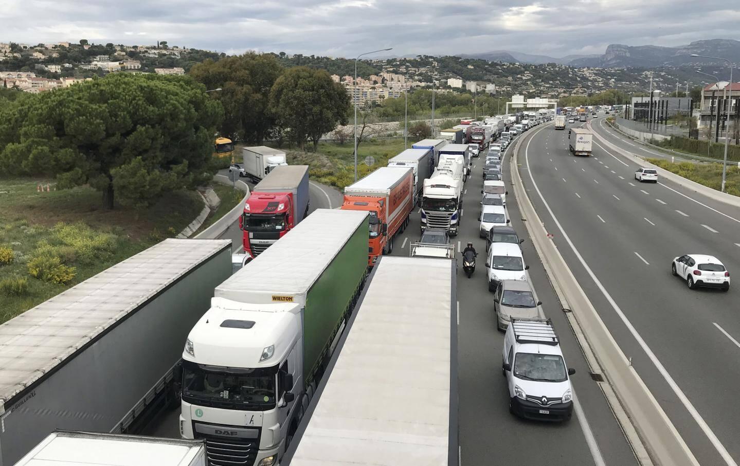 Les conducteurs pris au piège des embouteillages, mercredi 8 octobre, à cause d'un camion en feu sur l'A8, entre Saint-Laurent du Var et Cagnes-sur-mer.