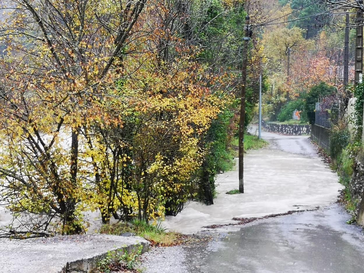 En un troisième endroit, la route est inondée