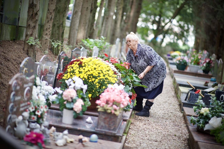 Danielle veille sur les 1.000 tombes de ce cimetière qu'elle a ouvert en 1969 avec son époux.