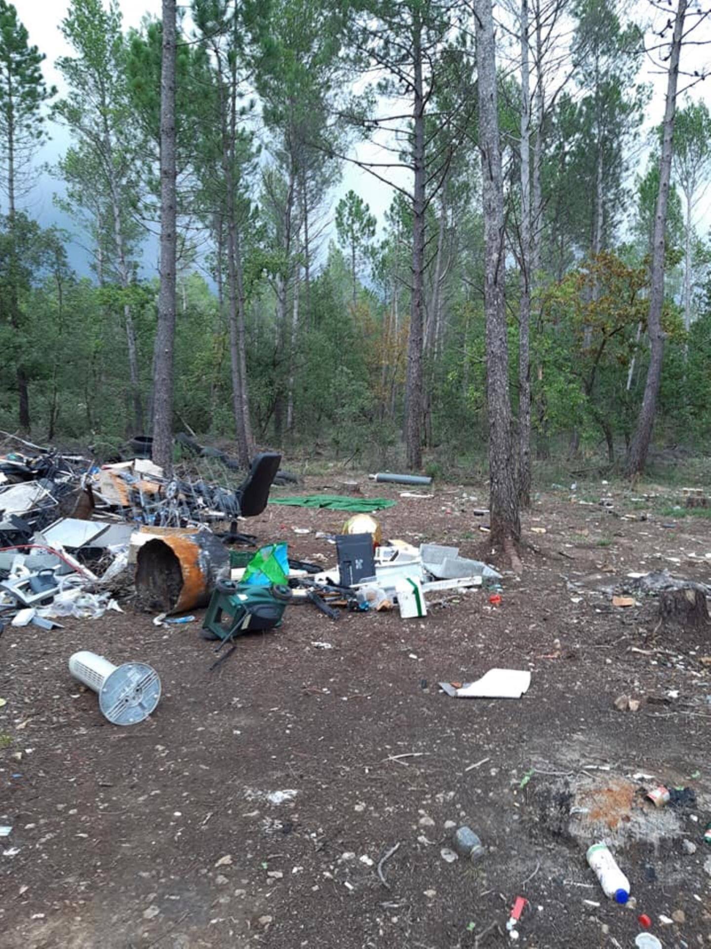 Tondeuses, frigos, machines à laver ont été éventrées puis abandonnés sur place.