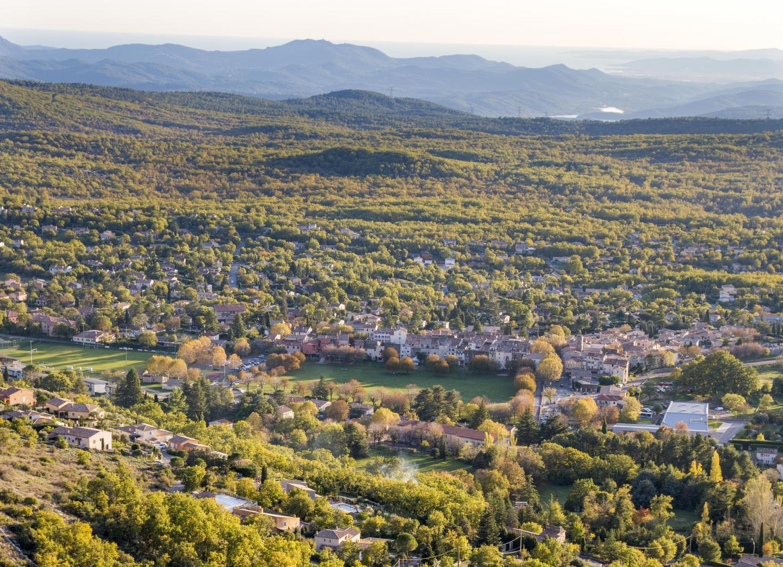 Le village de Saint-Vallier-de-Thiey se trouve aux portes des Préalpes d'Azur.