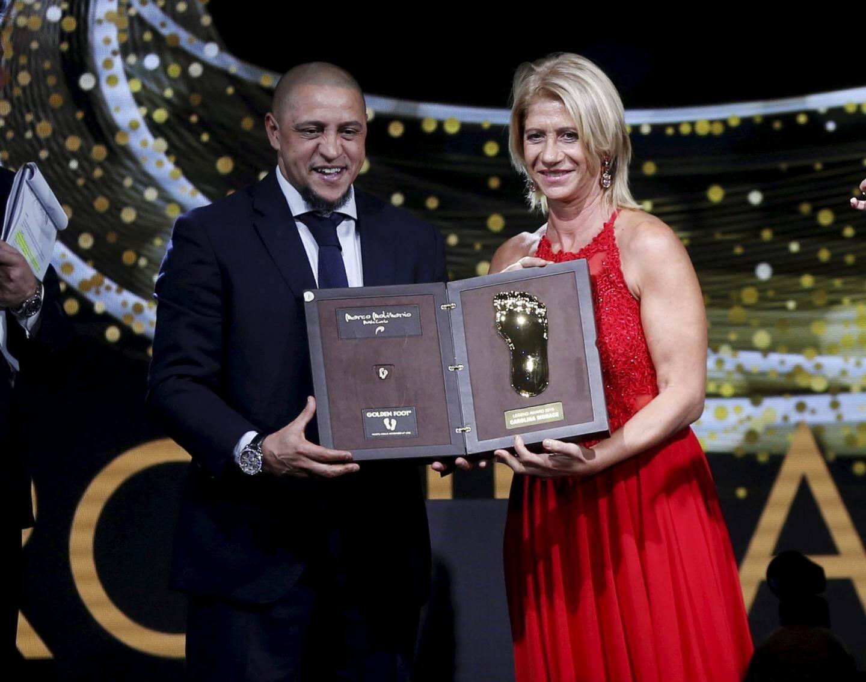 À gauche : Roberto Carlos a remis son trophée à l'Italienne Carolina Morace. À droite : le Brésilien Falcão devient Légende.
