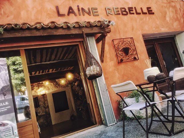 La boutique Laine Rebelle, 14 place du Tour à Saint-Vallier.