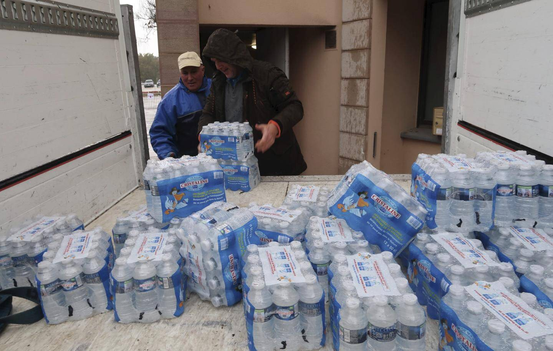 Dans les supermarchés, les clients sont venus faire des réserves d'eau, comme ici à Mouans-Sartoux.
