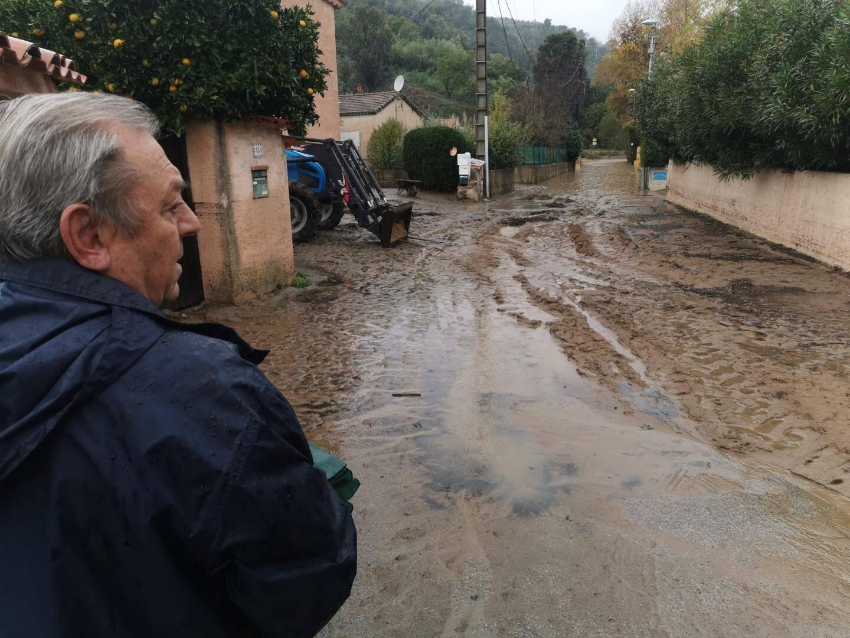 Au fond du chemin de Cabrol, le chemin des Sausserons est sous une épaisse couche de boue et l'eau stagnante.