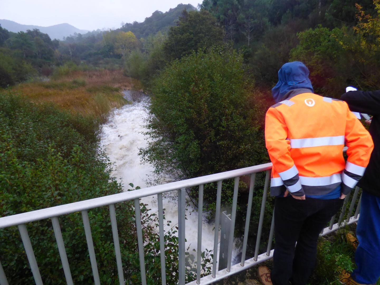 La vanne aval a été ouverte et l'eau du barrage se déverse dans l'exutoire.