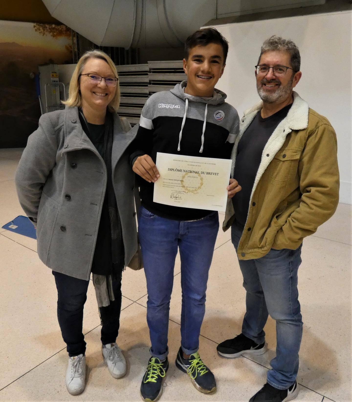 Mathias et ses parents, très heureux de cette réussite.