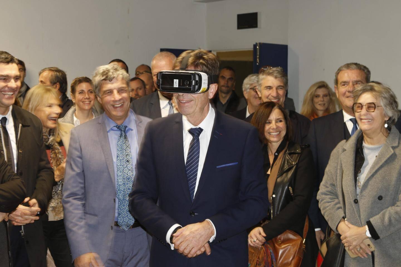 Charles-Ange Ginesy, président du conseil départemental, visite virtuellement les futurs locaux de la maison de l'IA, à Biot.