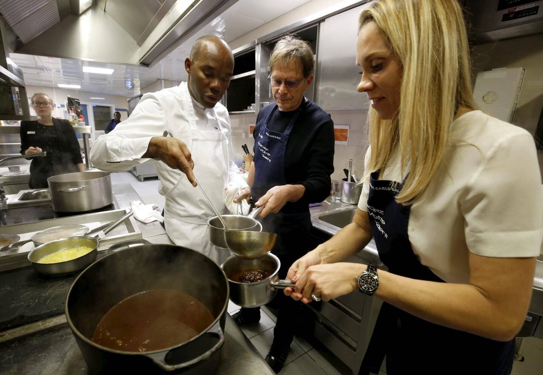 Les sauces faites par chacun ont été réunies pour être mélangées à la préparation appelée miroir, et re-réparties ensuite.