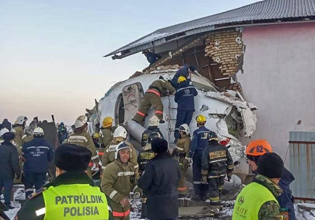 Des secouristes tentent de récupérer des victimes de l'avion qui s'est écrasé le 27 décembre 2019 près d'Almaty au Kazaksthan