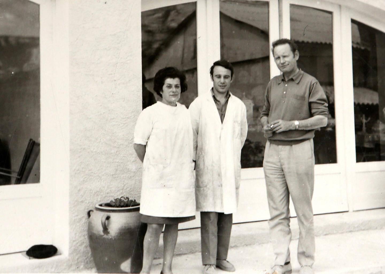 Trois générations de céramiste. À gauche, Raymonde, son fils, Rémi et son mari, Jacques en 1969.