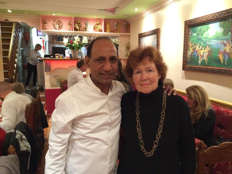Siva a fait don à Anne Zachary, responsable des Restos du cœur pour le golfe, de ses recettes d'hier.