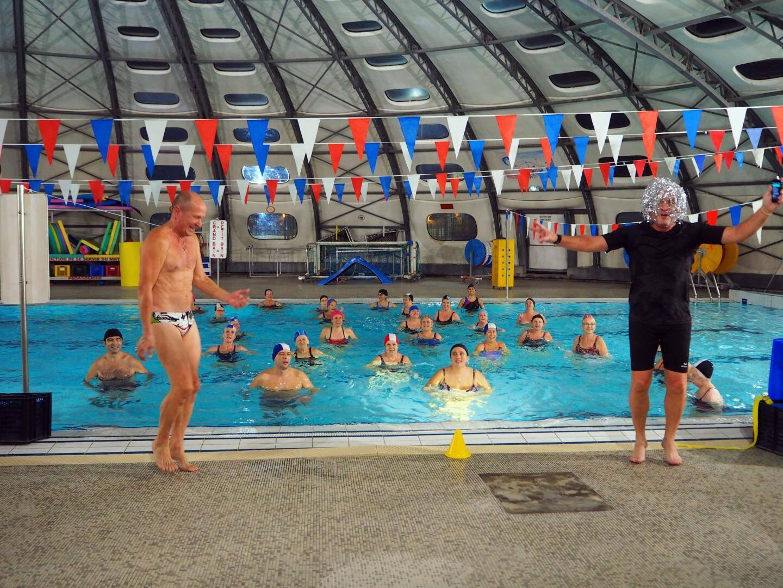Vendredi soir, les maîtres nageurs ont fait le show pour animer l'aquagym fun à la piscine municipale.