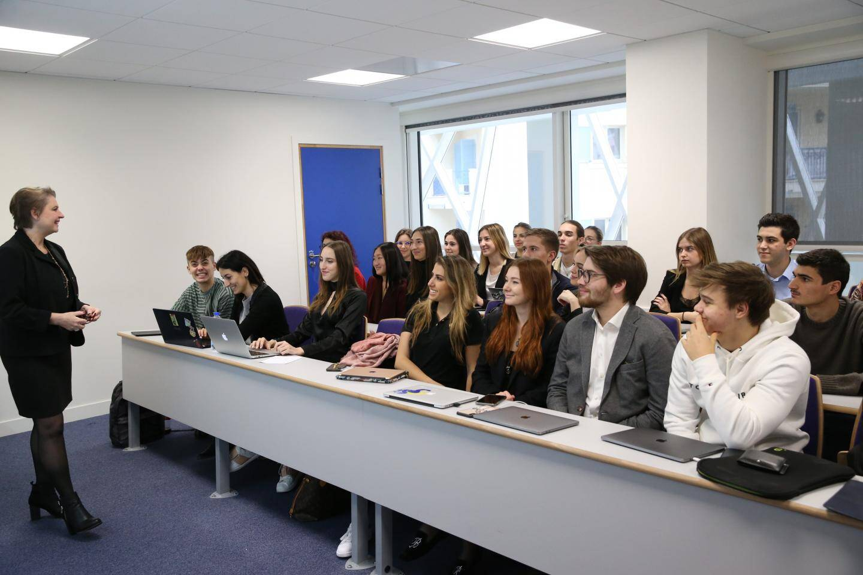 Pour les étudiants, quinze salles de cours sont entièrement équipées.