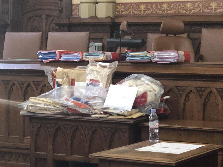Dossiers et pièces à conviction bien en place à l'ouverture du procès.