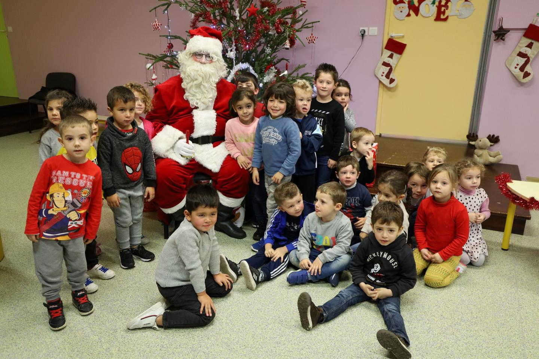 Le Père Noêl a débuté sa distribution de cadeaux aux élèves maximois des écoles maternelles et élémentaires.