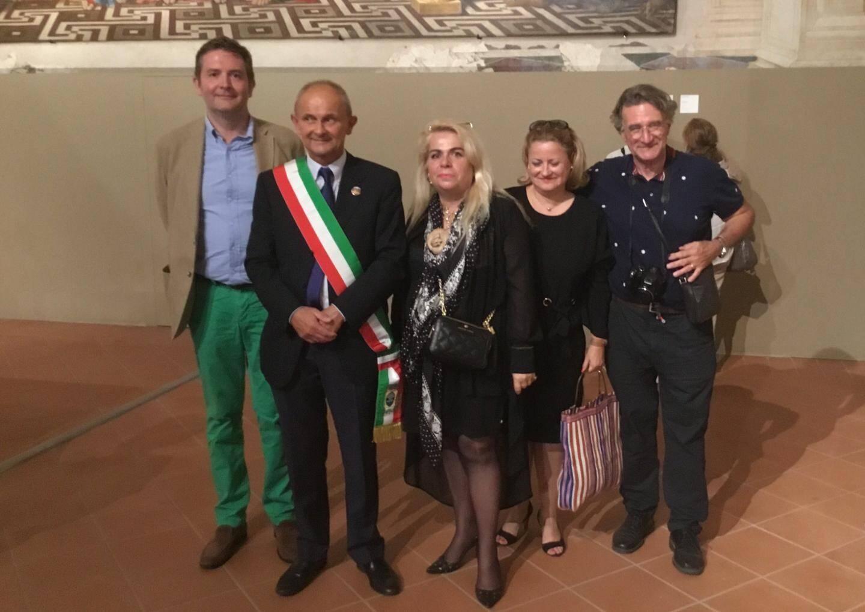 Jean-Pierre Guillermou, président de l'Association des amis castellans de San Benedetto Po, à la cérémonie d'ouverture avec le maire Lasagna Roberto, M. et Mme Froc et Dominique Blanc.