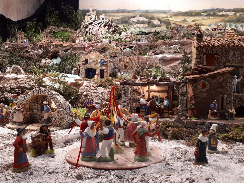 Détail de la crèche à la Tour des Templiers : la danse des rubans et les joueurs de cartes.