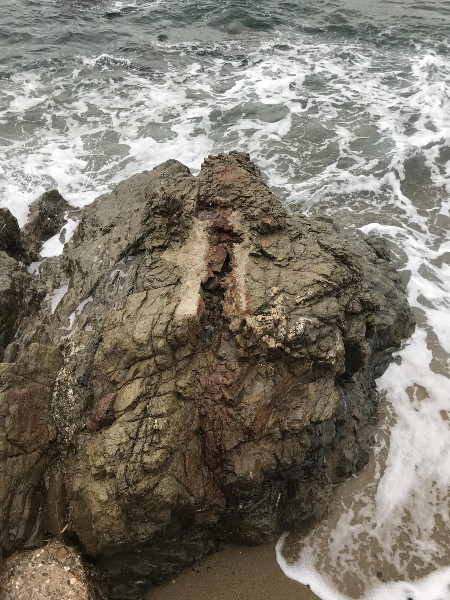 L'emplacement du canon disparu sur un éperon rocheux battu par les flots houleux.