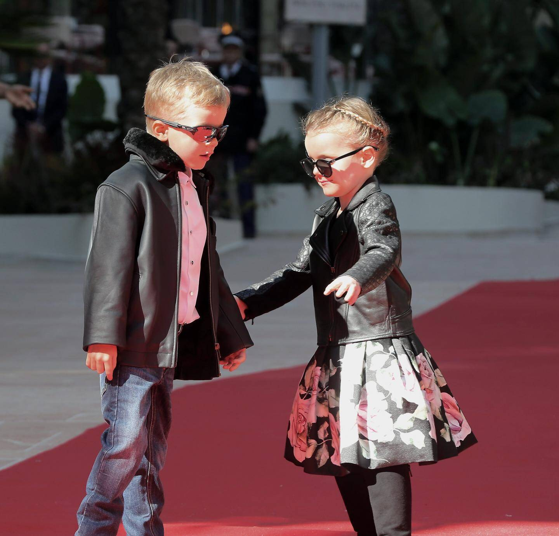 22 FÉVRIER. Pour l'inauguration du One Monte-Carlo. les jeunes princes jouent les fashion victims, se mettant même à danser sur le tapis, entraînés par la musique ambiante.