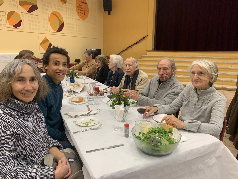 Laurence et son fils Antoine viennent au repas pour la deuxième fois. À table, ils discutent avec Bernard et Mado, des amis de l'église.