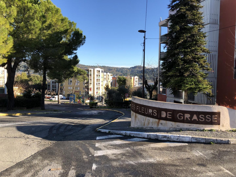 La cité des Fleurs de Grasse, anciennement la Blaquière, portait mardi matin encore les stigmates des violences urbaines survenues dans la nuit de lundi à mardi.