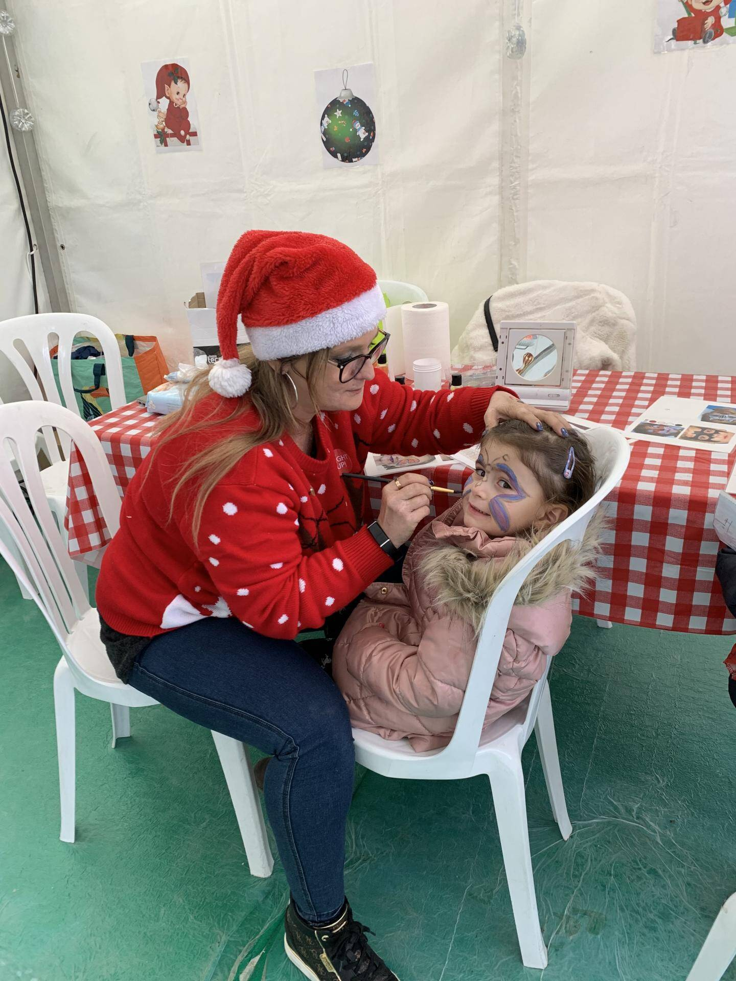 Sur les ateliers, on se fait maquiller, on dessine, on colorie et on crée des décorations de Noël.