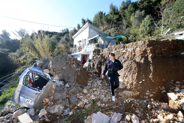 Au n° 3448 de la route de l'Armée-des-Alpes (RD 22), le mur de soutènement a été emporté par les eaux.