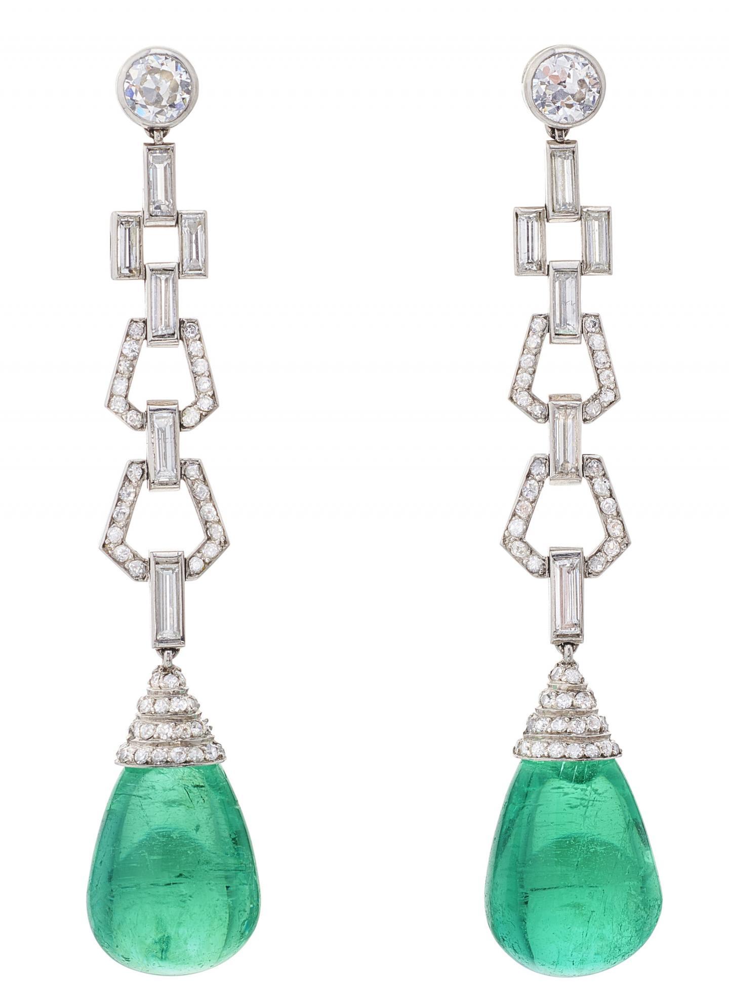 Boucles d'oreilles pendantes Art Déco en platine serties de diamants estimées 15 à 25.000€ et vendue 48.945€.