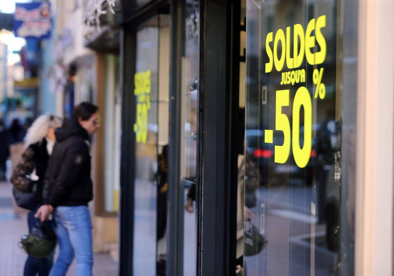 Les soldes d'hiver démarrent très fort avec des réductions à - 40 %, - 50 % et même -60 % affichées en vitrine.