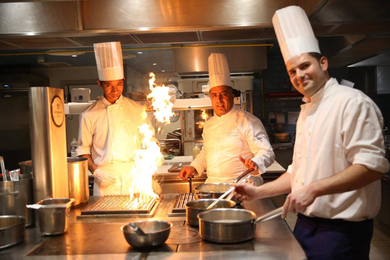 Boubacar (à droite) formé par deux cuisiniers du Martinez.
