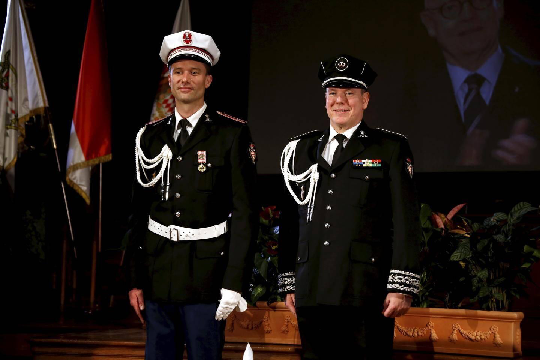 Le prince Albert II encadré, hier, par deux membres de son gouvernement, Serge Telle et Patrice Cellario, et par les cadres de la Sûreté publique.